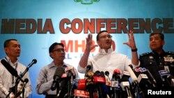 2014年3月16日马来西亚的代理交通部长侯赛因(右二)在新闻发布会上讲话