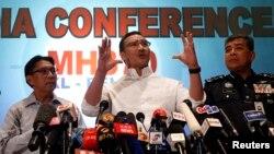 히샤무딘 후세인 말레이시아 교통장관(가운데)이 16일 콸라룸푸르 국제공항에서 여객기 실종 사건 조사 상황을 브리핑하고 있다.