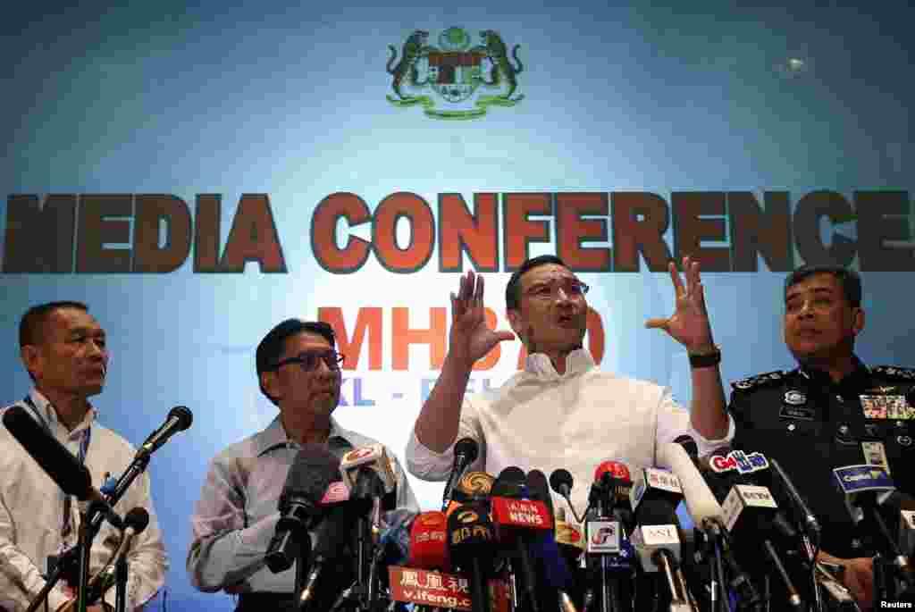 Quyền Bộ trưởng Giao thông Malaysia Hishammuddin Hussein (thứ hai từ bên phải) phát biểu trong một cuộc họp báo về chuyến bay MH370 tại sân bay quốc tế Kuala Lumpur, ngày 16/3/2014.