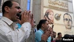 在埃及首都开罗,记者和活动人士举行抗议活动,反对当局限制新闻自由,要求释放被监禁的记者。