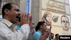 صحافی قاہرہ میں پریس کلب کے باہر زیرحراست صحافیوں کی رہائی کے لیے مظاہرہ کر رہے ہیں۔ فائل فوٹو