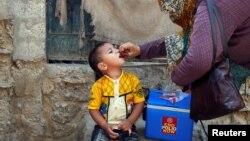 Dječak prima vakcinu protiv dječije paralize u Karačiju u Pakistanu, 9. april 2018.