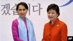 Lãnh tụ đối lập Miến Điện Aung San Suu Kyi và tổng thống đắc cử Hàn Quốc Park Geun-hye gặp nhau tại Seoul, ngày 29/1/2013.