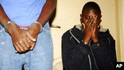 FILE - Haruna Luyima (R), mshukiwa wa mlipuko wa Julai 11 mjini Kampala ambao uliuwa watu 76 Agosti. 12, 2010.