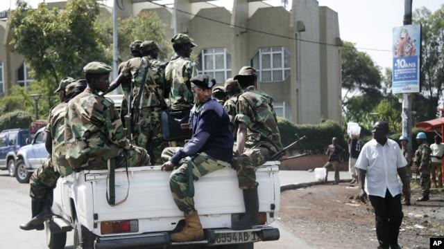 Des soldats du M23 près de la banque centrale du Congo à Goma, le 26 nov. 2012