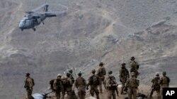Un helicóptero Black Hawk recoge a soldados estadounidenses en las montañas de Afganistán. Este martes, los helicópteros atacaron por error a las tropas aliadas.