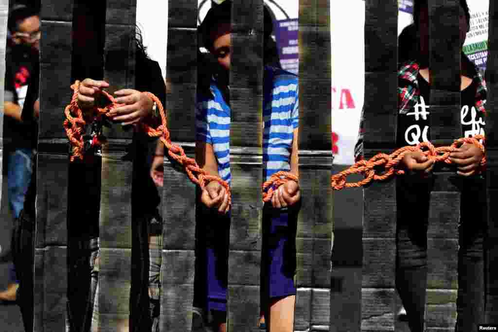 Para seniman berpartisipasi dalam demonstrasi untuk memperingati Hari Internasional untuk Penghapusan Kekerasan Terhadap Perempuan di San Salvador, El Salvador (25/11). (Reuters/Jose Cabezas)