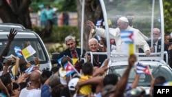 Francisco visitó el lunes el templo de la patrona de Cuba, la Virgen de la Caridad del Cobre.