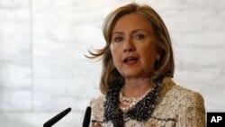 ລັດຖະມົນຕີກະຊວງຕ່າງປະເທດສະຫະລັດ ທ່ານນາງ Hillary Clinton ພົບກັບລັດຖະມົນຕີການຕ່າງປະເທດ ອີຕາລີ ທ່ານ Franco Frattini (ບໍ່ໄດ້ຢູ່ໃນຮູບ) ທີ່ກຸງໂຣມ (5 ພຶດສະພາ 2011)