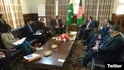 پاکستانی وفد شاہ محمود قریشی کی قیادت میں کابل میں افغان وزیرِ خارجہ سے ملاقات کر رہا ہے۔