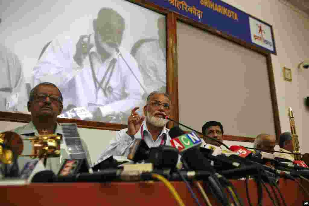 5일 인도 우주개발기구 화성탐사선을 쏘아올린 가운데, 우주개발기구 대표가 기자회견을 가지고 있다.