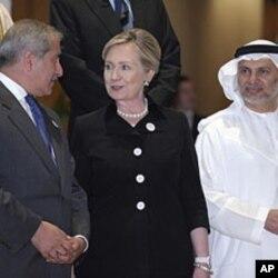 La secrétaire d'Etat Hillary Clinton, le chef de la diplomatie jordanienne, Nasser Judeh, à gauche, et celui des Emirats arabes unis, Anwar Gargash, à droite, lors de la réunion d' Abu Dhabi