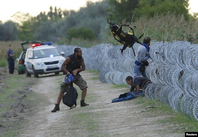 Hungary đang cho dựng một hàng rào dài ở biên giới phía Nam với Serbia để đối phó với cuộc khủng hoảng di dân.