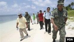 Beberapa anggota Kongres Filipina disertai anggota-anggota militer dan wartawan berkunjung ke Kepulauan Kalayaan, bagian dari kepulauan Spratly yang dipersengketakan di Laut Cina Selatan.