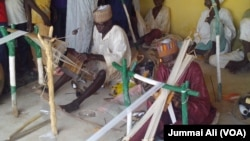 Wani mutum yana saka a Agayawa jihar Katsina Nigeria.