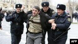 Поліція арештувала понад десяток демонстрантів під стінами Міністерства освіти у Баку
