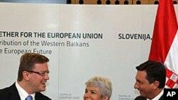 Slovenski premijer Borut Pahor and hrvatska premijerka Jadranka Kosor i povjerenik EU za proširenje Stefan Fuele u Brdu Pri Kranju, 20. ožujka 2010.