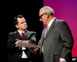 劇中尼克松和基辛格在討論五角大樓絕密文件 (廣州演出劇照)