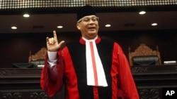 Ketua Mahkamah Konstitusi Akil Mochtar berpose setelah upacara pengukuhan dirinya (20/8).