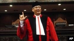 Chánh án Akil Mochtar của Tòa bảo hiến Indonesia đã bị bắt về tội nhận hối lộ và các nhà điều tra đã tịch thu 261.000 đôla tiền mặt tại nhà ông để làm bằng chứng.