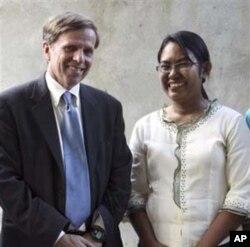 ລັດຖະມັນຕີຊ່ວຍວ່າການກະຊວງຕ່າງປະເທດສະຫະລັດ ທ່ານ Michael Posner ຮັບຜິດຊອບເລື່ອງປະຊາທິປະໄຕ ສິດທິມະນຸດ ແລະແຮງງານ ຖ່າຍຮູບຮ່ວມກັບນາງ Phyu Phyu Thin ຕອນໄປ ຢ້ຽມຢາມປົວໂຣກເອດສ໌ຄລີນິກຂອງນາງ ໃນເຂດຊານເມືອງຢ່າງກຸ້ງ, ມຽນມາ, ວັນທີ 1 ພະຈິກ 2011.(AP Photo/Khin Maung Win)