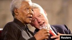 Cựu Tổng thống Hoa Kỳ Bill Clinton và cựu Tổng thống Nam Phi Nelson Mandela tại một buổi hòa nhạc ở Westminster Hall, London, 2/7/2003