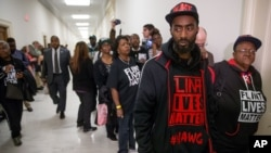 Más de 200 pobladores de Flint viajaron a Washington para asistir a la audiencia en la que los demócratas atribuyeron la mayoría de la culpa al gobernador, mientras los republicanos acusaron a la EPA.