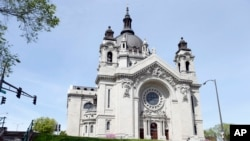 En esta foto del 3 de mayo, de 2016, se ve la Catedral de St. Paul, Minnesota.