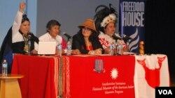 De izquierda a derecha, María Francisca Collipal, Sonia Ávalos, Jacqueline Pata y Anakena Manutomatoma, durante el foro sobre empoderamiento de la mujer indígena chilena en Washington.