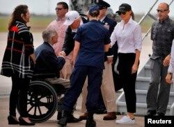 El presidente de EE.UU. Donald Trump, la primera dama Melania Trump llegan al aeropuerto internacional de Corpus Christi y son recibidos por el gobernador de Texas Greg Abbott.