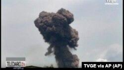 Foto dari gambar video TVGE tampak asap membubung dari ledakan di barak militer di Bata, Guinea Khatulistiwa, MInggu, 7 Maret 2021. (Foto: TVGE via AP)