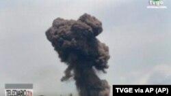 باٹاکے فوجی مرکز سے دھماکوں کے بعد گہرے دھوئیں کے بادل بلند ہو رہے ہیں۔ 7 مارچ 2021