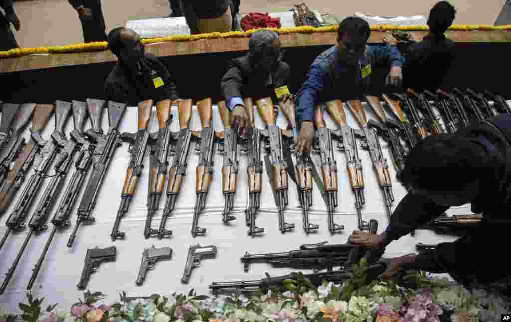 مراسم تسلیم و واگذاری اسلحه اعضای گروه شورشی جبهه دموکراتیک ملی بودولند (NDFB) به پلیس آسام در هند. این گروه سالها برای جدایی در جنگ بودند.