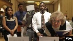 Para pencari kerja Amerika menghadiri acara bursa lowongan kerja di Las Vegas, Nevada (foto: dok). Tingkat pengangguran AS naik menjadi 8,2 persen bulan Mei 2012.