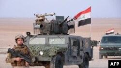L'armée irakienne avance lors d'une opération contre les djihadistes du groupe État islamique (EI) à l'est de Tuz Khurmatu le 7 février 2018.