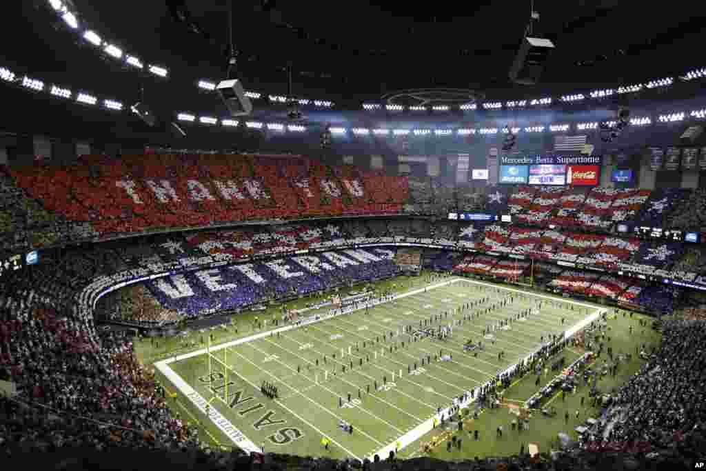 """Вшанування ветеранів перед грою в американський футбол на стадіоні """"Mercedes-Benz Superdome""""."""