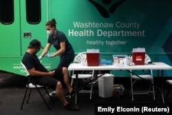 Vaksinasi massal di Ypsilanti, Michigan, 7 Agustus 2021. (Emily Elconin/Reuters)