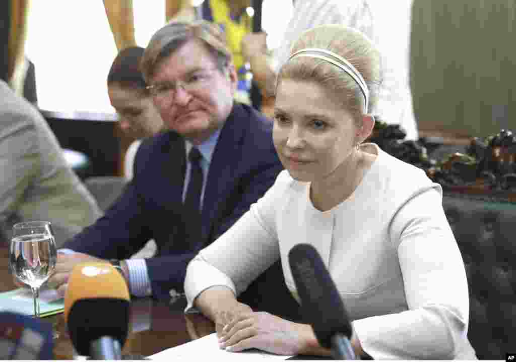 Ukrainian presidential candidate Yulia Tymoshenko speaks to former U.S. Secretary of State Madeleine Albright in Kyiv, May 24, 2014.
