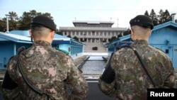 Binh lính Hàn Quốc đứng gác tại làng đình chiến Panmunjom trong khu phi quân sự ngăn cách hai miền Triều Tiên, Hàn Quốc, ngày 9 tháng 1, 2018.