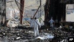 也门首都萨那的一场葬礼遭到沙特阿拉伯领导的盟军的空袭后,专家检查现场(2016年10月8日)
