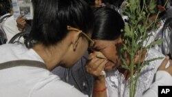 柬埔寨11月20日在金边附近的一个红色高棉杀戮场举行佛教仪式,一名当年的受害者在哭泣