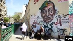 Egipatska vojska preuzela je kontrolu, ali neki kažu da se malo toga promenilo u odnosu na stari sistem. Lice vojnog vladara Huseina Tantavija pretapa se u lice Hosnija Mubaraka na muralu u Kairu.