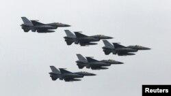 រូបឯកសារ៖ យន្តហោះ F-16 របស់តៃវ៉ាន់ហោះលើសមយុទ្ធយោធា Han Kuang នៅមូលដ្ឋានយោធា Hsinchu ភាគខាងជើងកោះតៃវ៉ាន់។