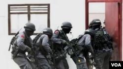 Anggota Densus 88 dalam latihan operasi penyergapan. Gencarnya operasi anti terorisme oleh Densus 88 ikut menyumbang kasus peningkatan pelanggaran HAM di Indonesia.