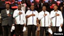 """A Nairobi, le 20 avril, les dirigeants de l'opposition kenyane (de gauche à droite), Musalia Mudavadi, Raila Odinga, Isaac Ruto, Kalonzo Musyoka et Moses Wetangula entonnent l'hymne national après avoir annoncé leur """"Super Alliance"""" en vue des élections générales de 2017."""