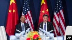 Presiden AS Barack Obama (kiri) dan Presiden China Xi Jinping bertemu di sela-sela konferensi iklim PBB COP21 di Paris (foto: dok).