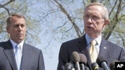 មេដឹកនាំសំឡេងភាគច្រើនក្នុងសភាលោក ហ៊ែរី រីដ (Harry Reid) (ស្តាំ) និងប្រធានរដ្ឋសភាលោក ចន បូន័រ (John Boehner) និយាយអំពីការចរចាថវិកាដែលកំពុងមានបន្ត នៅក្រោយពេលជួបជាមួយលោកប្រធានាធិបតី អូបាម៉ា នៅសេតវិមានកាលពីថ្ងៃទី៧ខែមេសាឆ្នាំ