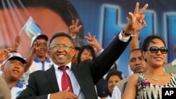 FILE - Hery Rajaonarimampianina (L) acknowledges the crowd with his wife Lalao (R) at anelection campaign rally in Antananarivo, Madagascar, October 2013.