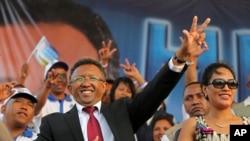 Rais Hery Rajaonarimampianina wa Madagascar akisalimia umati wa watu wakiwa na mke wake wakati wa kampeni za uchaguzi huko Antananarivo, Madagascar, in October 2013.