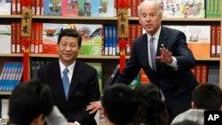 El vice presidente de EE.UU. Joe Biden, junto a su homólogo chino Xi Jinping en una escuela internacional en China, en donde se preparan a estudiantes para luego cursar sus estudios superiores en EE.UU.